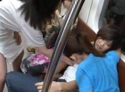 レズギャル達に湘南新宿ラインの電車内でペニバン痴漢されるギャル