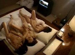ホテルの一室で繰り広げられていたレズ女子達の集団オナニーを盗撮