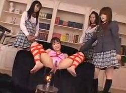 同級生の女子達に拘束されてマシンバイブで強制連続絶頂させられるJK