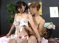 レズ洗体エステ師が女性客をその気にさせて泡クリ弄りする動画
